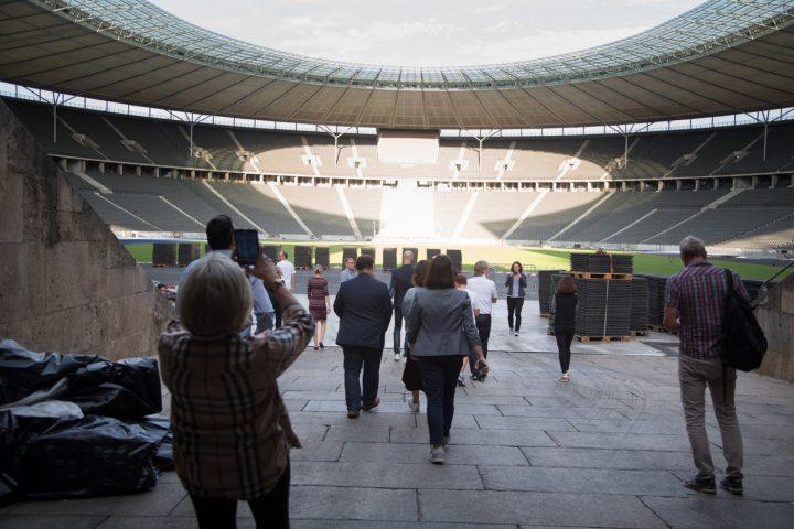 Die Evaluierungskommission beim Reinlaufen in das Olympiastadion. Foto: SOD / Annette Hausschild (OSTKREUZ)