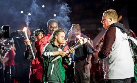 Eröffnung der Special Olympics World Games 2019 in Abu Dhabi: Übergabe der Fackel an Dennis Mellentin. Foto: SOD/ Stefan Holtzem
