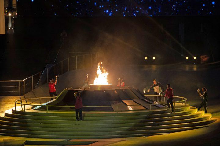 Eröffnungszeremonie Weltspiele 2019 Abu Dhabi: Dennis Mellentin entzündet mit Athleten-Team die Flamme. Foto: SOI/Charlotte Palmer