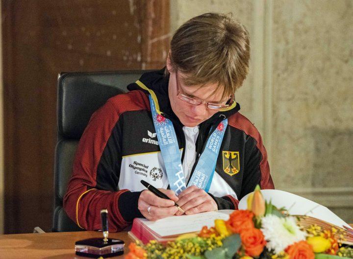Schwimm Athletin Claudia Göbel trägt sich in das Gästebuch der Stadt Berlin ein. Foto: SOD/Stephanie Steinkopf